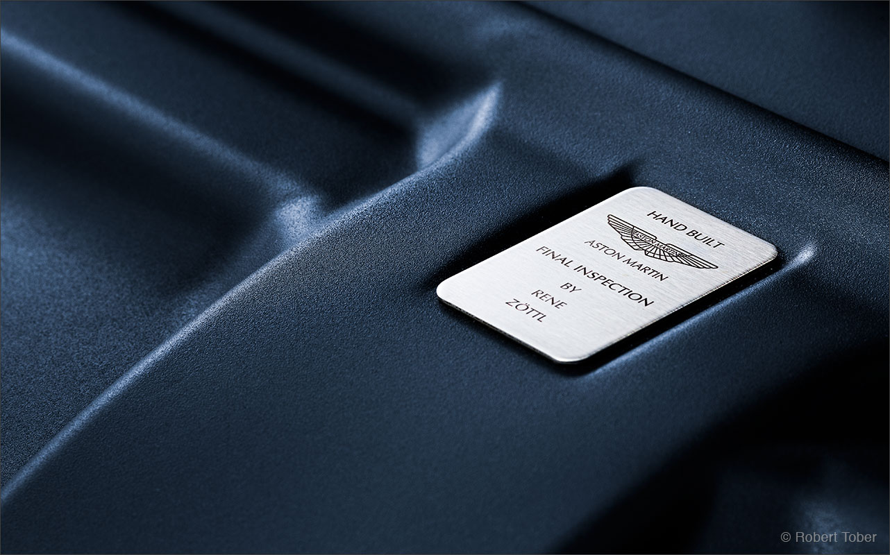 aston-martin-rapide-v12-luxus-sportwagen-emblem-badge-fotografie-by-robert-tober
